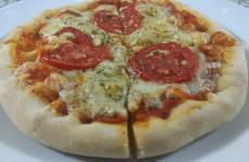 Pizza-de-mussarela-com-borda-de-requeijão-cremoso